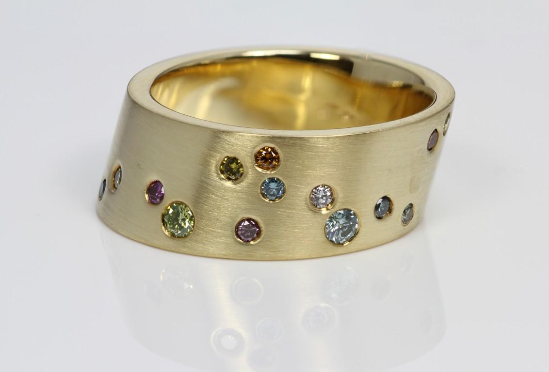 schuine ring met kleur diamant